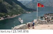 Купить «Национальный флаг Черногориии над крепостью St. John на фоне Которской бухты. Туристы на обзорной площадке. Котор, Черногория», видеоролик № 23141816, снято 20 июня 2016 г. (c) Кекяляйнен Андрей / Фотобанк Лори