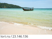 Традиционная камбоджийская лодка возле берега острова Koh Rong Samloem, Камбоджа, фото № 23146136, снято 27 февраля 2013 г. (c) Юлия Бабкина / Фотобанк Лори