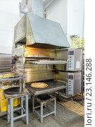 Купить «Промышленная печь для выпечки пиццы. Интерьер кухни пиццерии», фото № 23146288, снято 12 мая 2016 г. (c) Евгений Ткачёв / Фотобанк Лори