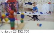 Купить «Маленький кудрявый мальчик, играет с игрушками», видеоролик № 23152700, снято 29 марта 2016 г. (c) Станислав Панкратов / Фотобанк Лори