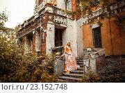 Купить «Девушка в средневековом наряде стоит на крыльце разрушенного старого здания», фото № 23152748, снято 18 июня 2016 г. (c) Евгения Литовченко / Фотобанк Лори