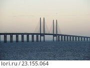 Купить «Cable-stayed road and rail bridge at dawn, crossing strait at border with Denmark, Oresund Bridge, Oresund Strait, Sweden, October», фото № 23155064, снято 22 марта 2016 г. (c) age Fotostock / Фотобанк Лори
