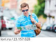 Молодой турист с картой в руках идет по городу. Стоковое фото, фотограф Дмитрий Травников / Фотобанк Лори