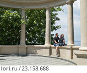 Купить «Влюбленная пара на прогулке летним днем», фото № 23158688, снято 26 июня 2016 г. (c) Корнилова Светлана / Фотобанк Лори
