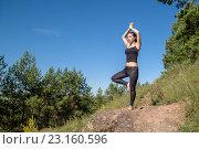 Молодая девушка занимается спортом на свежем воздухе. Стоковое фото, фотограф Виктор Хван / Фотобанк Лори