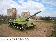 Купить «Танк ИС-3М на фоне многоэтажек», фото № 23165640, снято 5 апреля 2016 г. (c) Борис Панасюк / Фотобанк Лори