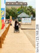 Купить «Доступный пляж. Дощатая дорожка для инвалидов. Саки, Республика Крым», эксклюзивное фото № 23168208, снято 4 июня 2016 г. (c) Александр Щепин / Фотобанк Лори