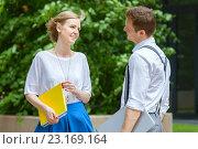 Купить «Молодые коллеги беседуют на улице в летний день», фото № 23169164, снято 25 июня 2016 г. (c) Юлия Кузнецова / Фотобанк Лори