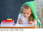 Купить «Слегка растрепанная девочка рисует акварелью сидя за столом во дворе дома», фото № 23176172, снято 21 апреля 2016 г. (c) Иванов Алексей / Фотобанк Лори