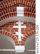Купить «Христианский крест на кирпичной стене», фото № 23176200, снято 9 августа 2015 г. (c) Николай Чутчиков / Фотобанк Лори