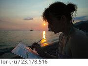 Купить «Девушка рисует на берегу моря на закате», фото № 23178516, снято 17 июля 2013 г. (c) Sergey Toronto / Фотобанк Лори