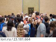 "Толпа туристов фотографирует картину Леонардо да Винчи ""Мона Лиза"" в музее Лувр. Париж (2016 год). Редакционное фото, фотограф Matej Kastelic / Фотобанк Лори"