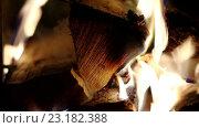 Купить «Горящие дрова крупным планом», видеоролик № 23182388, снято 18 мая 2016 г. (c) ActionStore / Фотобанк Лори