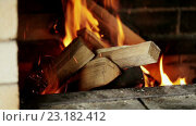 Купить «Наколотые дрова в  камине из кирпича», видеоролик № 23182412, снято 21 мая 2016 г. (c) ActionStore / Фотобанк Лори