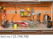 Купить «Куча немытой посуды на кухне», фото № 23194740, снято 27 августа 2015 г. (c) Иванов Алексей / Фотобанк Лори