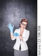 Учительница химии на фоне школьной доски. Стоковое фото, фотограф Darkbird77 / Фотобанк Лори