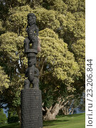 Купить «Тауранге, Новая Зеландия. Резные фигуры маори», фото № 23206844, снято 26 мая 2016 г. (c) Евгений Дробитько / Фотобанк Лори