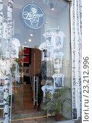 Купить «Москва, магазин Русских сувениров на Большой Бронной», эксклюзивное фото № 23212996, снято 26 июня 2016 г. (c) Дмитрий Неумоин / Фотобанк Лори