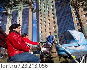 Купить «Мамы с колясками до дворе современного жилого комплекса», эксклюзивное фото № 23213056, снято 7 апреля 2016 г. (c) Вячеслав Палес / Фотобанк Лори