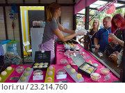 Купить «Люди покупают оригинальное мороженое глубокой заморозки. Городской праздник — фестиваль «Московское мороженое»», эксклюзивное фото № 23214760, снято 2 июля 2016 г. (c) lana1501 / Фотобанк Лори