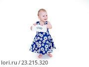 Купить «Маленькая девочка в платьице держит открытку», фото № 23215320, снято 7 апреля 2016 г. (c) Кузнецов Дмитрий / Фотобанк Лори