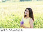 Купить «Girl with bouquet of wildflowers in summer field», фото № 23220148, снято 2 июля 2016 г. (c) Володина Ольга / Фотобанк Лори