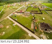 Участки со строящимися домами в сельской местности. Вид с высоты птичьего полета. Стоковое фото, фотограф Никита Буйда / Фотобанк Лори
