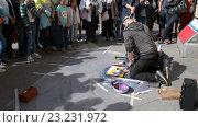Купить «Уличный художник рисует при помощи аэрозольных красок возле канала Грибоедова. Санкт-Петербург», видеоролик № 23231972, снято 9 июля 2016 г. (c) Румянцева Наталия / Фотобанк Лори