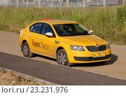 Купить «Skoda Superb в качестве такси стоит у обочины», фото № 23231976, снято 6 июля 2016 г. (c) Павел Кричевцов / Фотобанк Лори