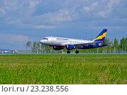 Купить «Самолет Airbus A319-111 компании Донавиа на взлетно-посадочной полосе аэропорта Пулково», фото № 23238556, снято 11 мая 2016 г. (c) Зезелина Марина / Фотобанк Лори