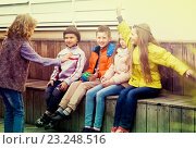 Купить «kids guess what friend shows», фото № 23248516, снято 18 июня 2019 г. (c) Яков Филимонов / Фотобанк Лори