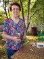 Пожилая дачница держит в руках пакетики с семенами, эксклюзивное фото № 23252604, снято 5 мая 2016 г. (c) Вячеслав Палес / Фотобанк Лори