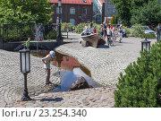 Дети и взрослые гуляют в Калининграде у Музея Мирового Океана летом (2016 год). Редакционное фото, фотограф Ксения Семенова / Фотобанк Лори