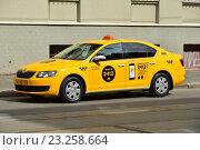 Купить «Желтое такси, припаркованное у обочины дороги на Новокузнецкой улице в Замоскворечье в Москве», эксклюзивное фото № 23258664, снято 14 июля 2016 г. (c) lana1501 / Фотобанк Лори