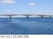 Купить «Автомобильный мост через реку Волгу Соединяющий Саратов и Энгельс», фото № 23264336, снято 28 июня 2016 г. (c) Татьяна Кахилл / Фотобанк Лори