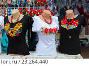 Уличная торговля на Славянском базаре в Витебске. Одежда с вышивкой гладью (2016 год). Редакционное фото, фотограф Ольга Коцюба / Фотобанк Лори