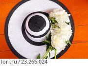 Купить «Женская шляпа с белыми пионами», фото № 23266024, снято 16 июня 2016 г. (c) Elena Molodavkina / Фотобанк Лори