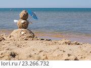 """Купить «""""Снеговик"""" из песка стоит на берегу моря», фото № 23266732, снято 13 июля 2016 г. (c) Дрогавцева Оксана / Фотобанк Лори"""