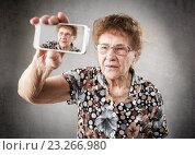 Купить «Бабушка делает селфи», фото № 23266980, снято 3 ноября 2013 г. (c) Гладских Татьяна / Фотобанк Лори