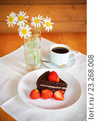 Купить «Шоколадный торт с чашкой кофе и свежей клубникой», фото № 23268008, снято 22 июня 2016 г. (c) Elena Molodavkina / Фотобанк Лори