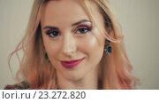 Купить «Сексуальная блондинка смотрит в камеру», видеоролик № 23272820, снято 14 июля 2016 г. (c) Илья Шаматура / Фотобанк Лори