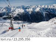 Купить «Горнолыжники на бугельном подъемнике, Швейцария, Альпы», фото № 23295356, снято 4 февраля 2010 г. (c) Юлия Бабкина / Фотобанк Лори