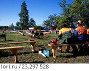 Рабочие на скамейке ждут начала соревнований. Стоковое фото, фотограф Андрей Силивончик / Фотобанк Лори