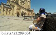 Купить «Девушка сидит на скамейке и молится», видеоролик № 23299064, снято 28 апреля 2016 г. (c) Потийко Сергей / Фотобанк Лори