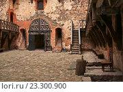 Двор с каменным полом в Тракайском замке. Стоковое фото, фотограф Сергей Григорьев / Фотобанк Лори