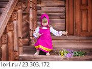 Машенька на крыльце деревянного дома с полевыми цветами. Стоковое фото, фотограф Tanya Ischenko / Фотобанк Лори