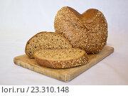 Хлеб с зернами на деревянной доске. Стоковое фото, фотограф Алексей Большаков / Фотобанк Лори