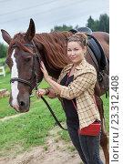 Женщина держит оседланную лошадь. Стоковое фото, фотограф Кекяляйнен Андрей / Фотобанк Лори