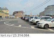 Купить «Автостоянка на Болотной улице в Москве», эксклюзивное фото № 23314084, снято 26 июля 2016 г. (c) lana1501 / Фотобанк Лори