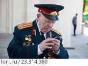Ветеран Великой Отечественной войны звонит по телефону. 9 мая 2016 года. Редакционное фото, фотограф Михаил Ворожцов / Фотобанк Лори